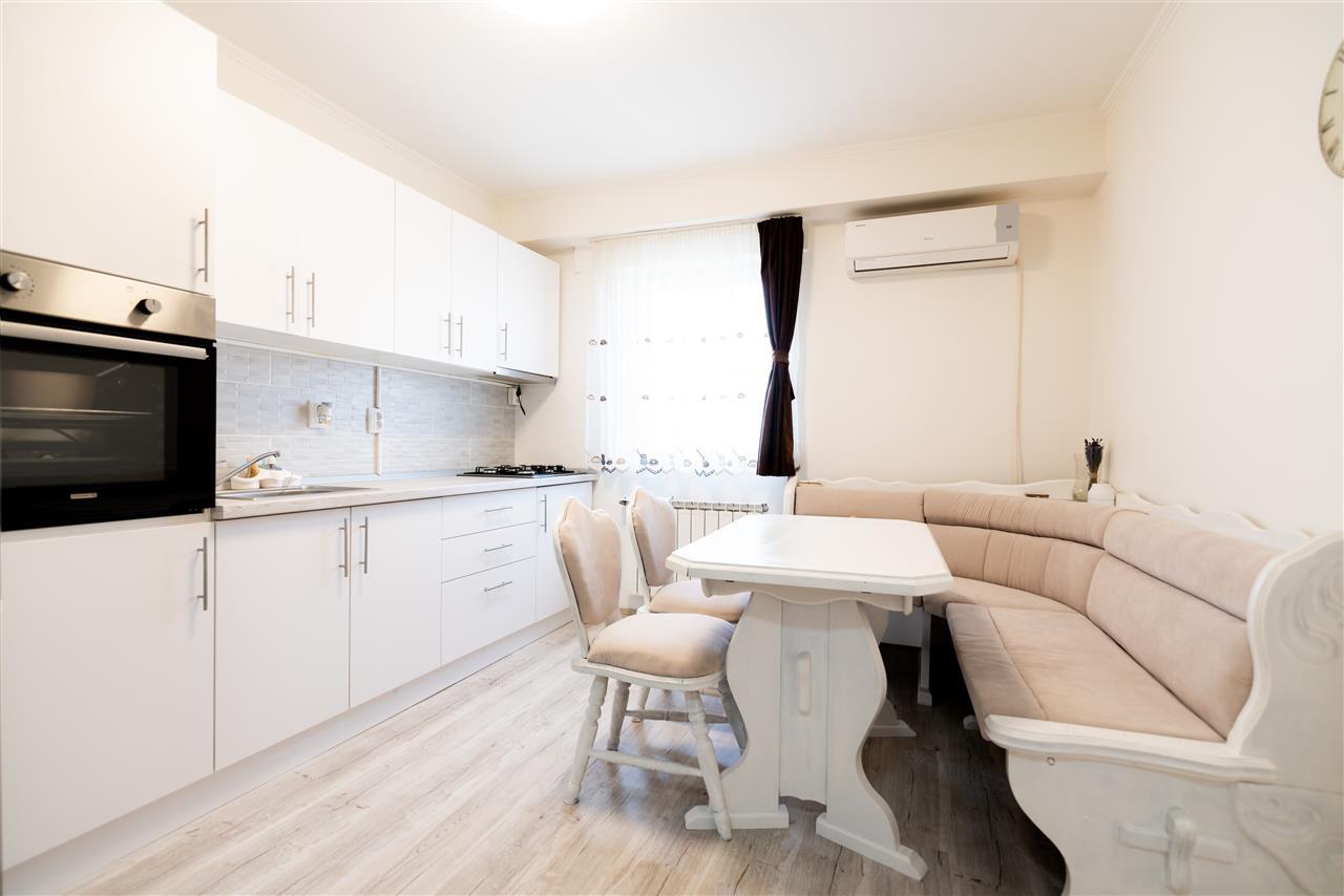 Apartament cu 3 camere,partial renovat,zona Velenta