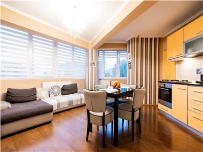 Apartament cu 3 camere,decomandat,etaj intermediar